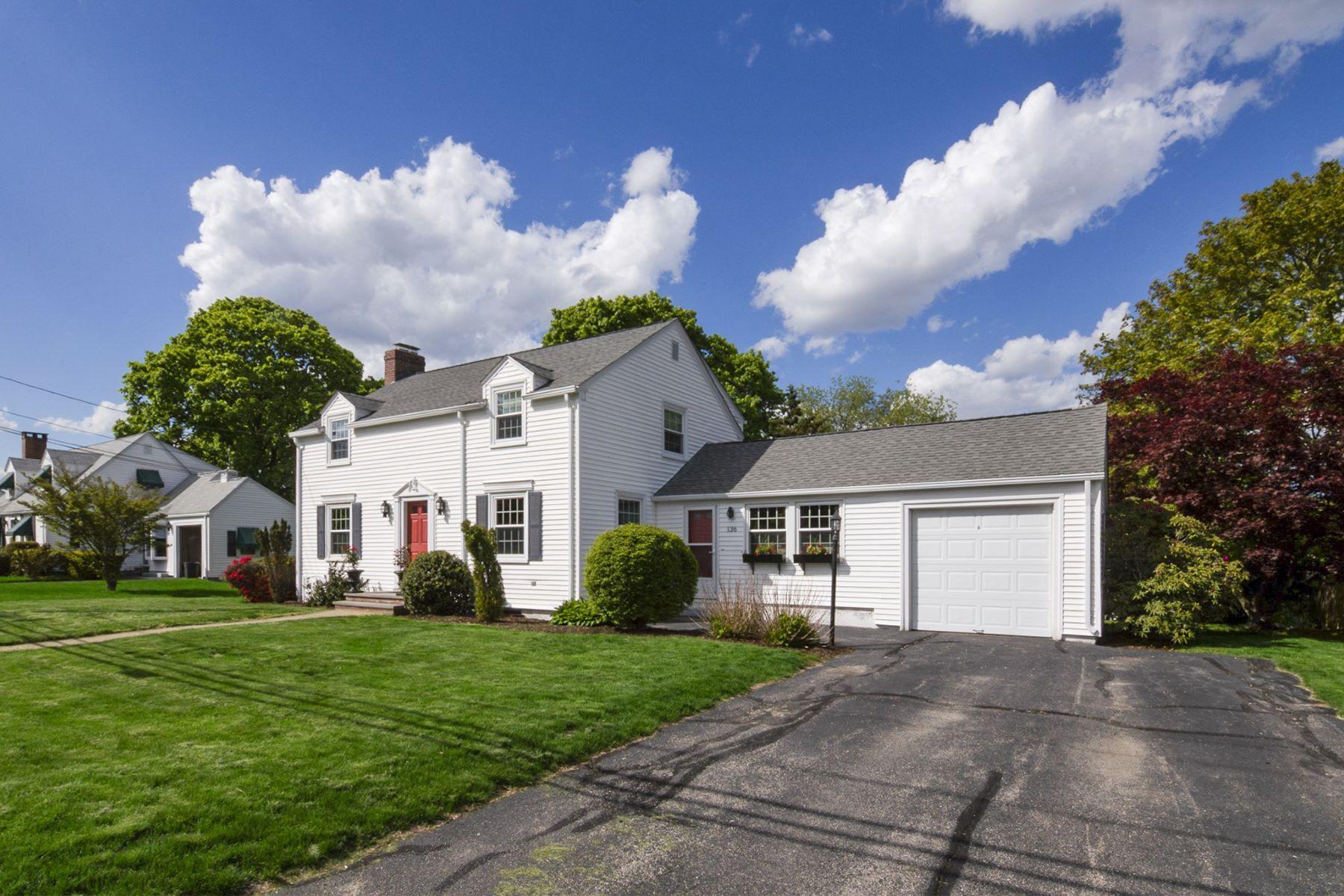 single family homes voor Verkoop op 136 Lawnacre Dr, Cranston, RI Cranston, Rhode Island 02920 Verenigde Staten