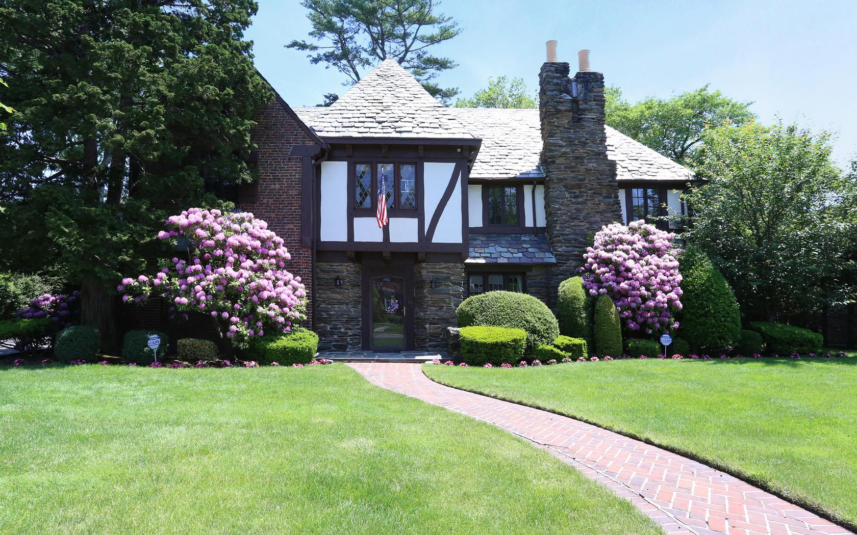 Casa para uma família para Venda às Tudor 81 Brompton Rd Garden City, Nova York, 11530 Estados Unidos