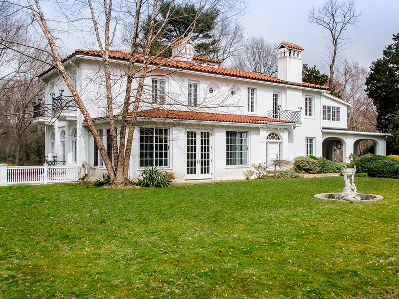 Single Family Home for Sale at Colonial 170 Sands Point Rd Sands Point, New York, 11050 United States