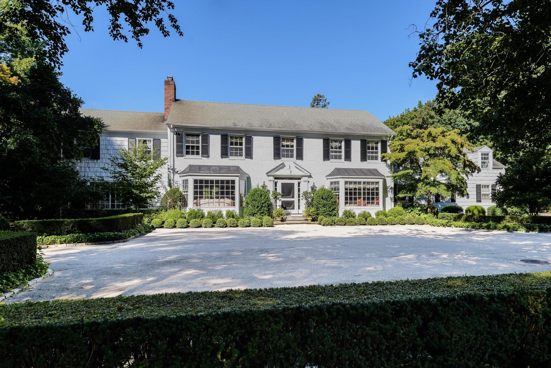 Einfamilienhaus für Verkauf beim Colonial 135 Skunks Misery Rd Lattingtown, New York, 11560 Vereinigte Staaten