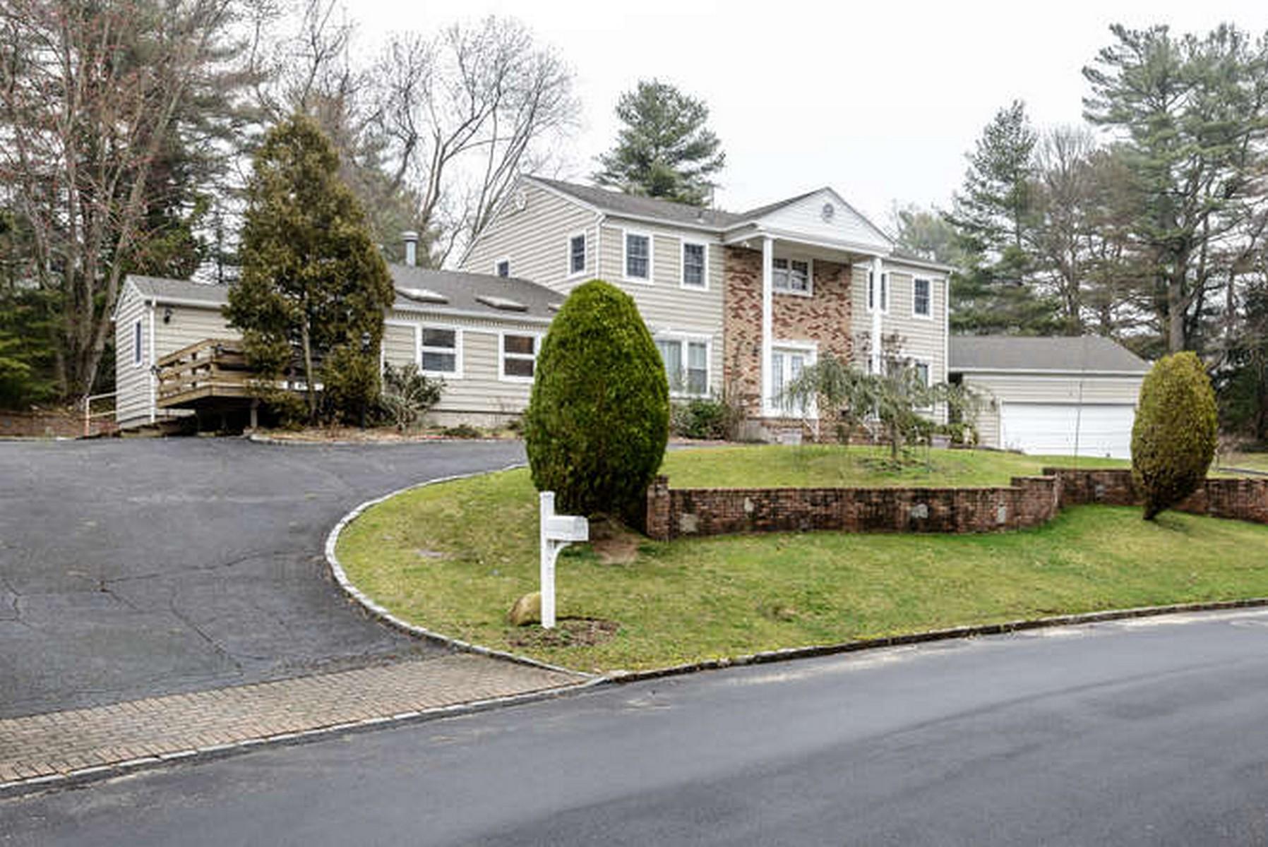 Einfamilienhaus für Verkauf beim Colonial 1 Kathy Dr Muttontown, New York, 11753 Vereinigte Staaten