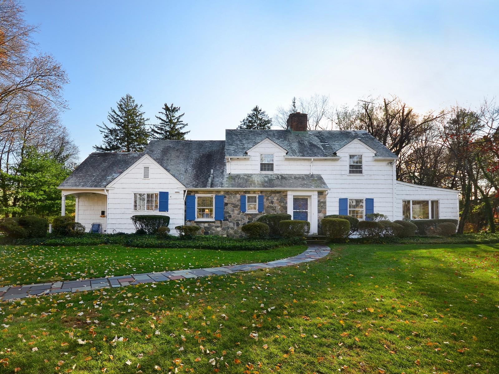 Villa per Vendita alle ore Colonial 539 E Shore Rd Kings Point, New York, 11024 Stati Uniti