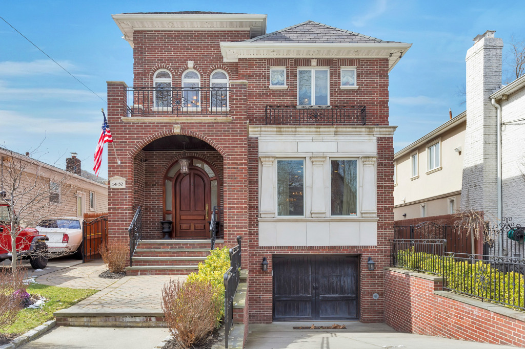 Частный односемейный дом для того Продажа на Colonial 14-52 163rd St Beechhurst, Нью-Йорк, 11357 Соединенные Штаты