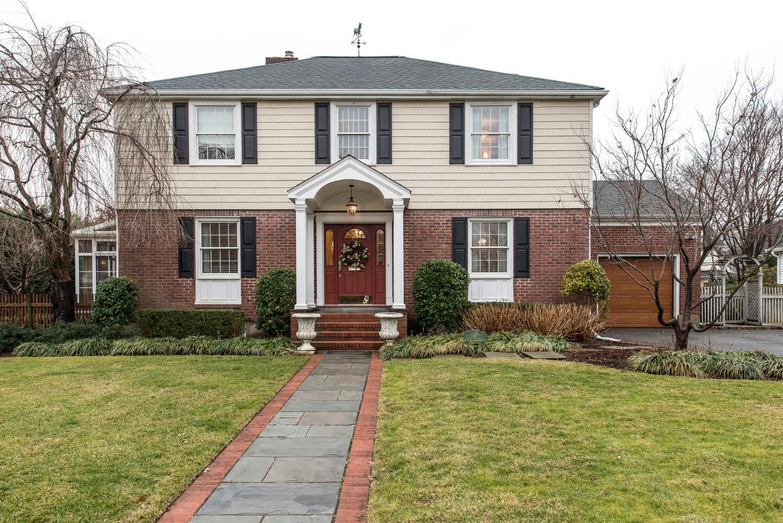 Casa para uma família para Venda às Colonial 8 Whitehall Blvd Garden City, Nova York, 11530 Estados Unidos