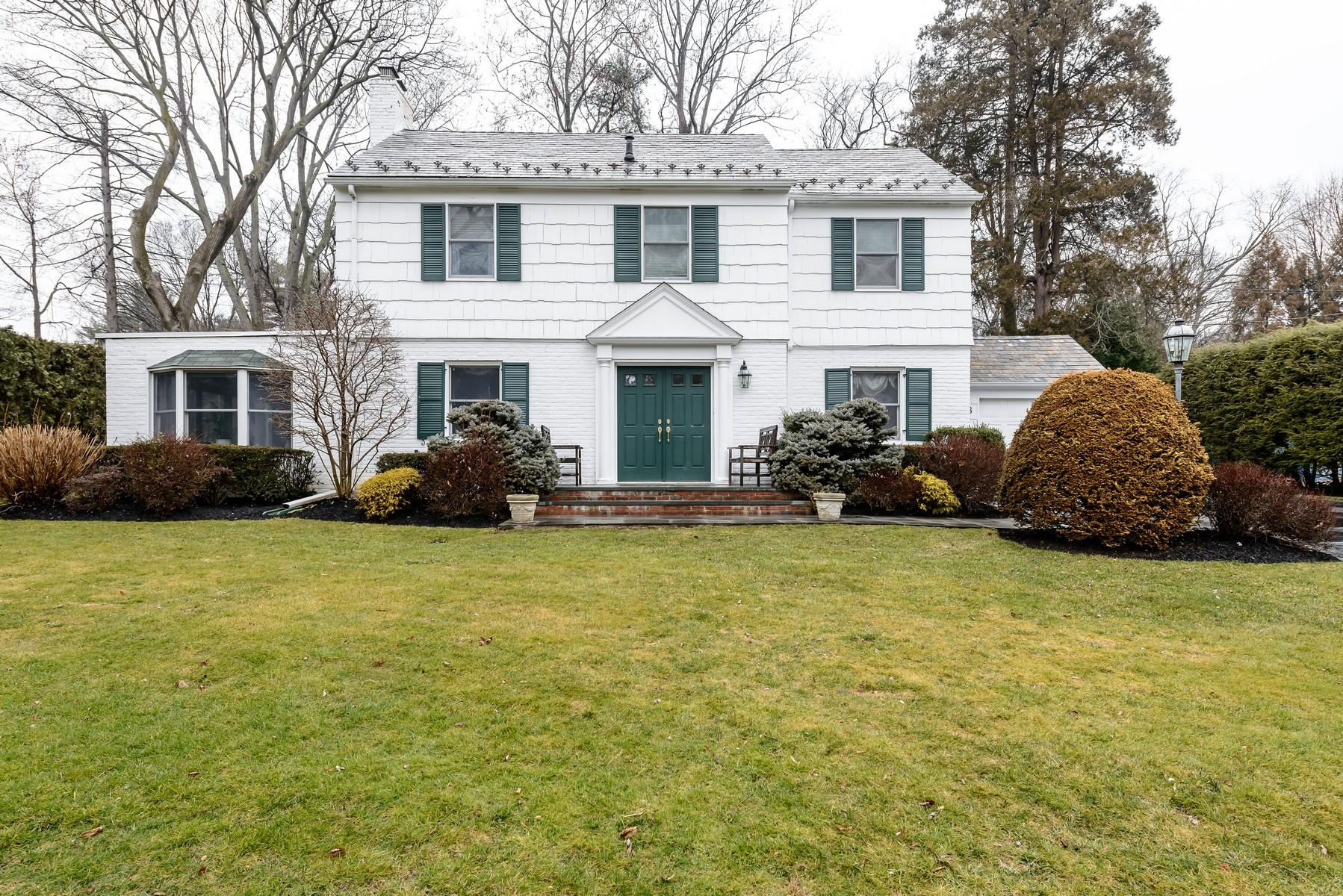 Casa para uma família para Venda às Colonial 8 Hampton Ct Port Washington, Nova York, 11050 Estados Unidos