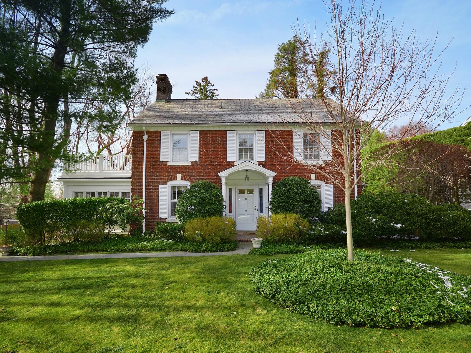 Casa para uma família para Venda às Colonial 17 Beacon Hill Rd Port Washington, Nova York, 11050 Estados Unidos