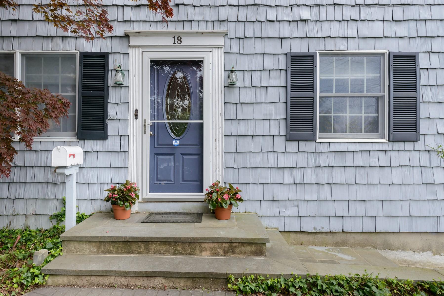 Einfamilienhaus für Verkauf beim Colonial 18 Neulist Ave Port Washington, New York, 11050 Vereinigte Staaten