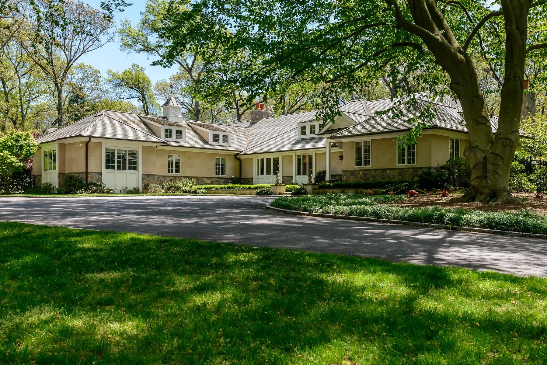 Casa para uma família para Venda às Ranch 70 Wheatley Rd Brookville, Nova York, 11545 Estados Unidos