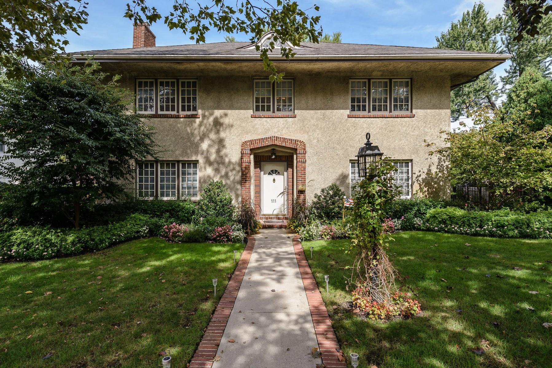 Частный односемейный дом для того Продажа на Colonial 111 Hollywood Ave Douglaston, Нью-Йорк, 11363 Соединенные Штаты