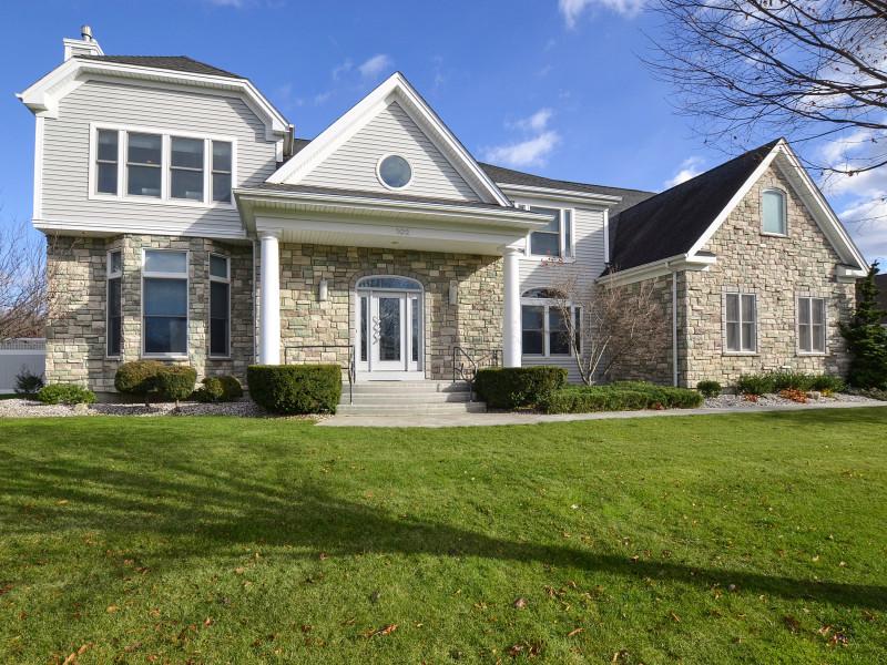 Casa para uma família para Venda às Colonial 102 Fig Dr Dix Hills, Nova York, 11746 Estados Unidos