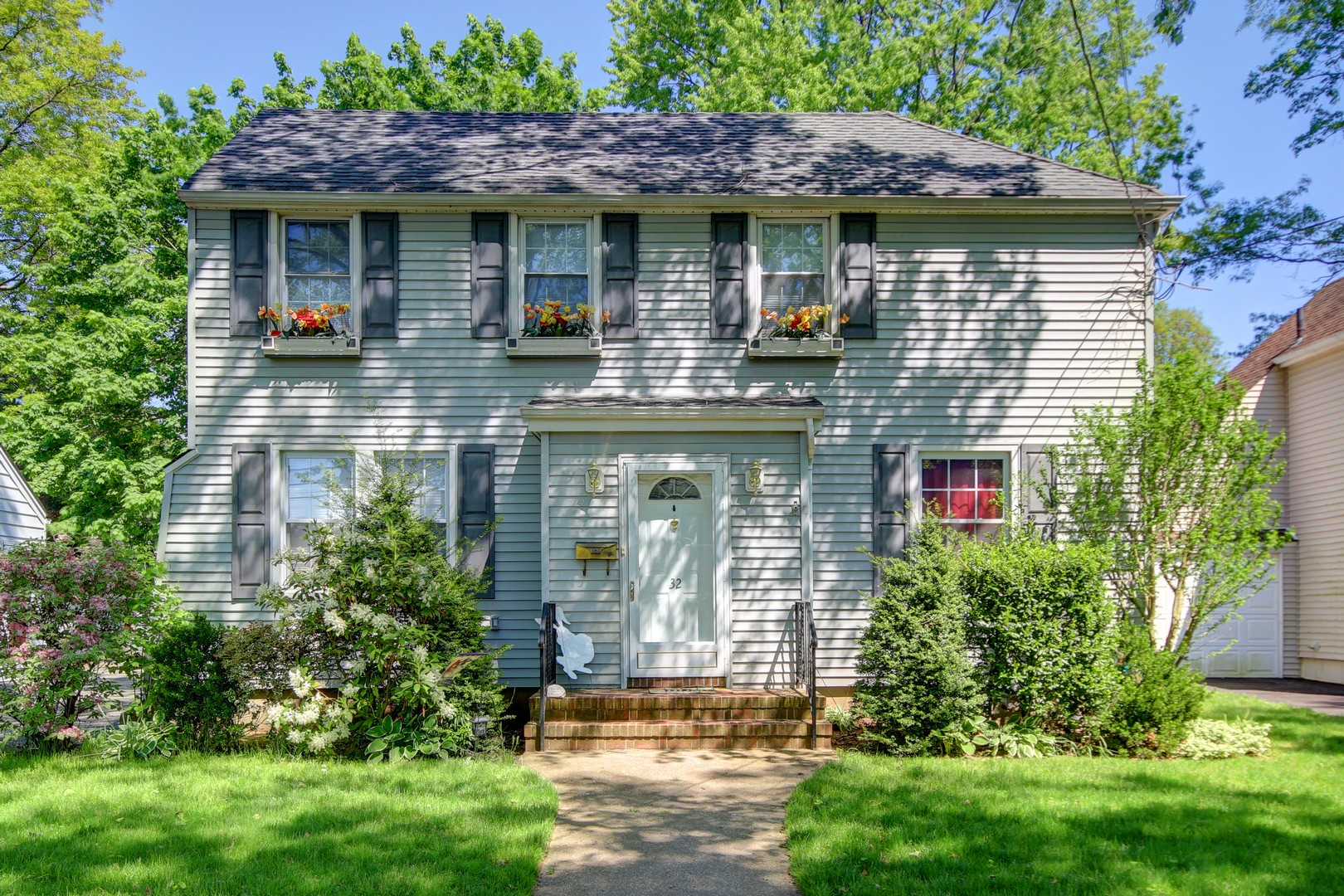 Einfamilienhaus für Verkauf beim Colonial 32 Bromleigh Rd Stewart Manor, New York, 11530 Vereinigte Staaten