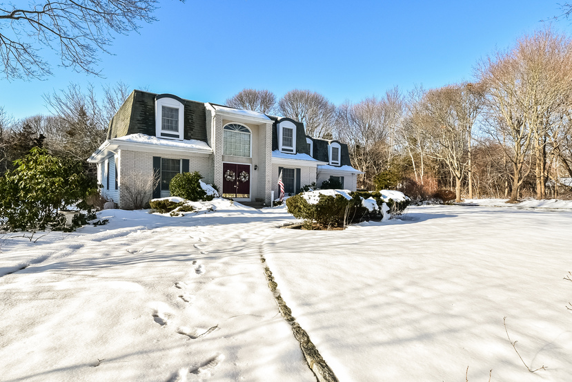 Single Family Home for Sale at Colonial 1175 Peconic Bay Blvd Laurel, New York, 11948 United States