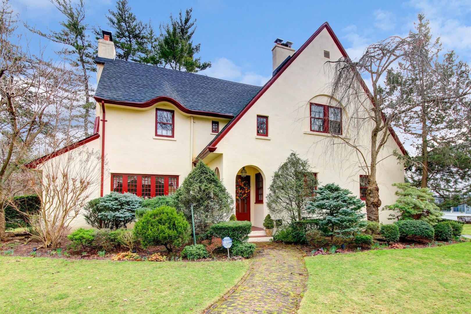 Nhà ở một gia đình vì Bán tại Tudor 94 Brook St Garden City, New York, 11530 Hoa Kỳ