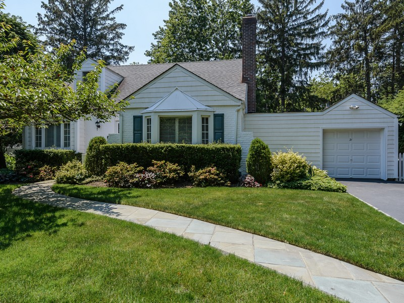 Single Family Home for Sale at Cape 21 W Ridge Dr Roslyn, New York, 11576 United States