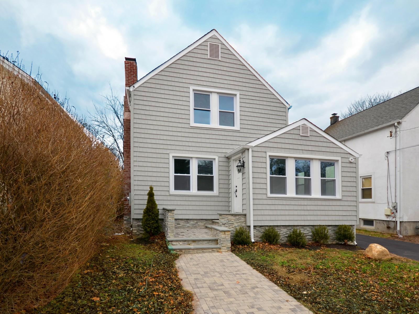 Apartamentos multi-familiares para Venda às Colonial 25 Fairview Ave Port Washington, Nova York, 11050 Estados Unidos