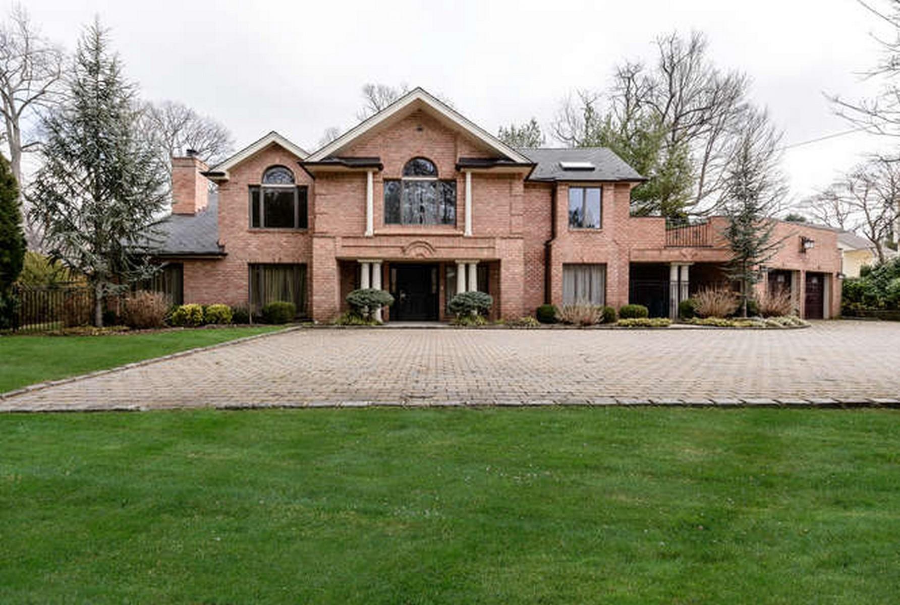 Villa per Vendita alle ore Colonial 66 Mayfair Ln Manhasset, New York, 11030 Stati Uniti