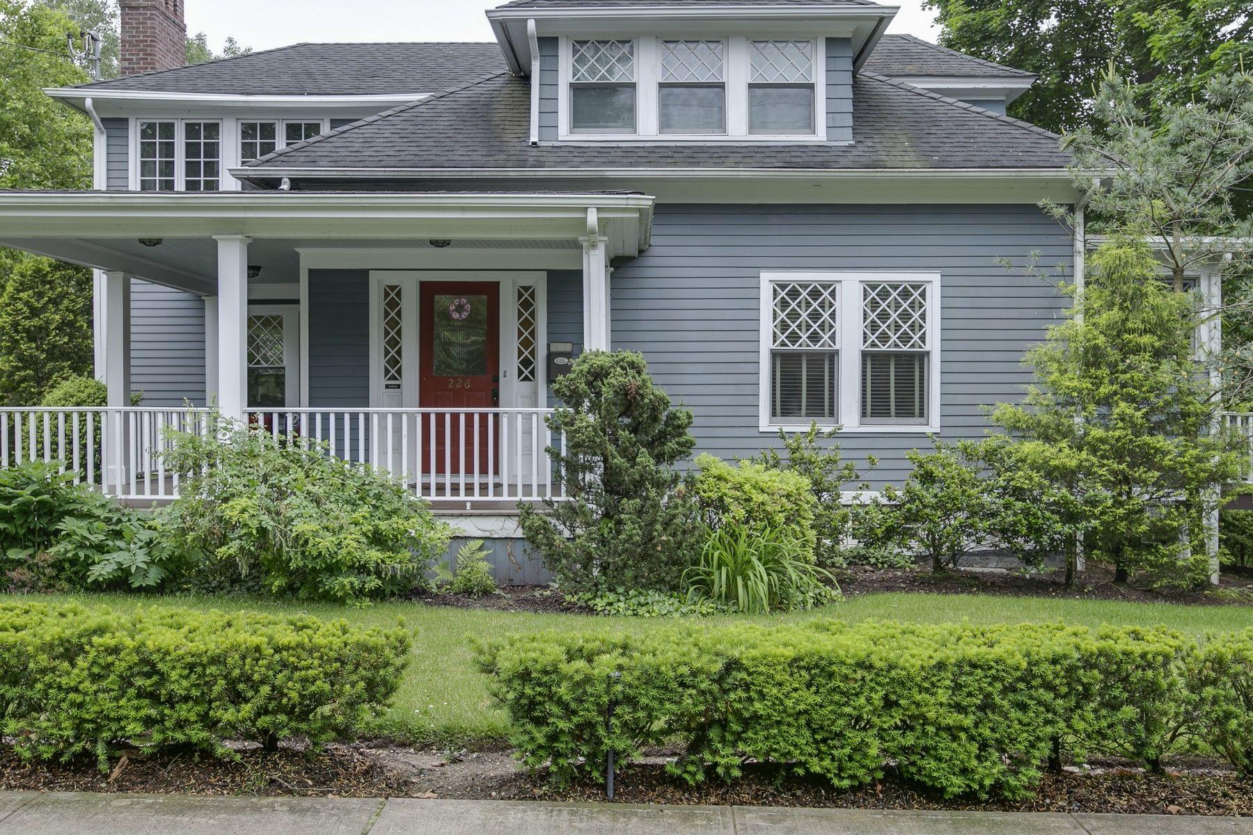 Частный односемейный дом для того Продажа на Colonial 226 Bay St Douglaston, Нью-Йорк, 11363 Соединенные Штаты
