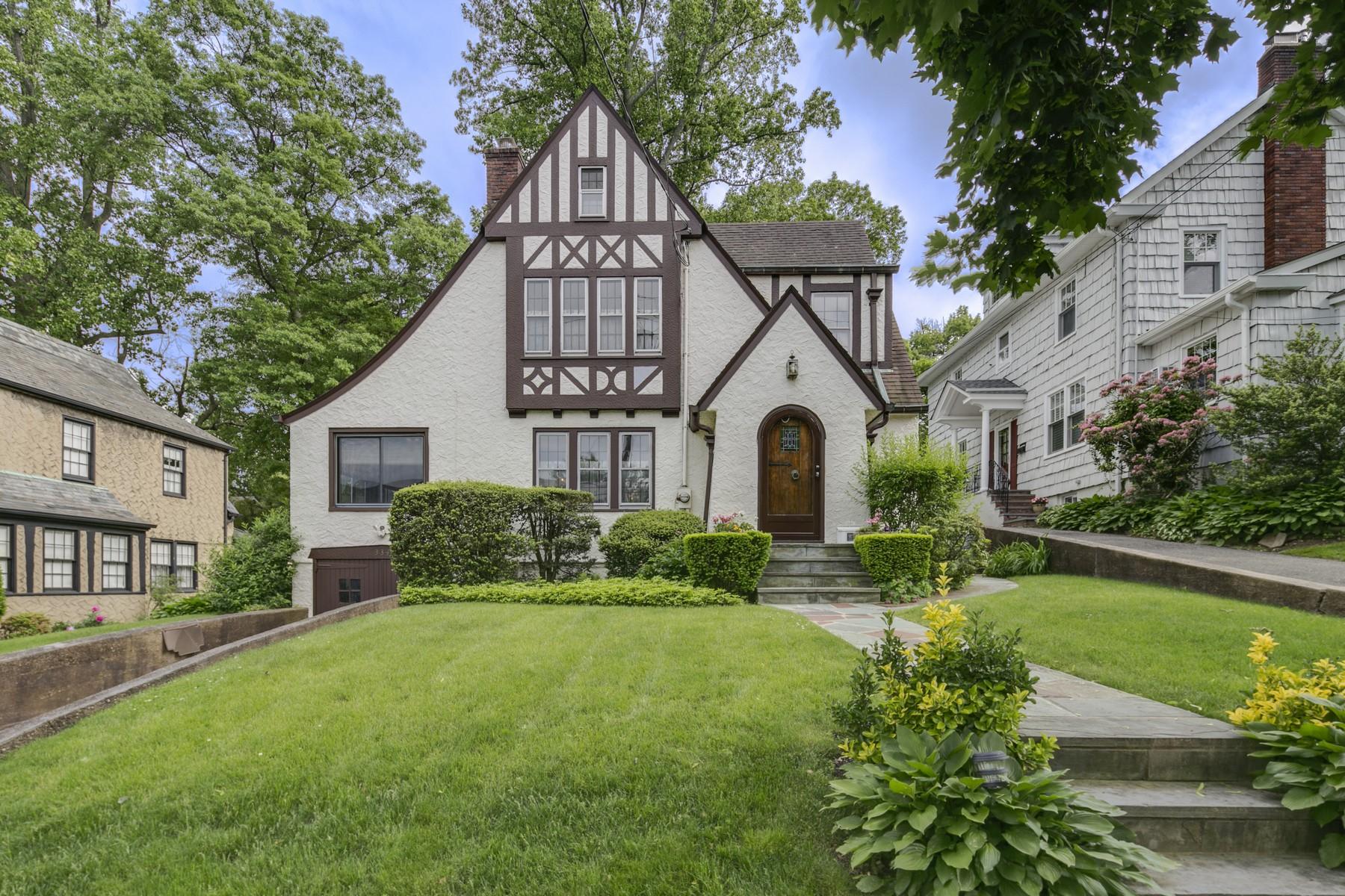 Nhà ở một gia đình vì Bán tại Tudor 334 Hollywood Ave Douglaston, New York, 11363 Hoa Kỳ