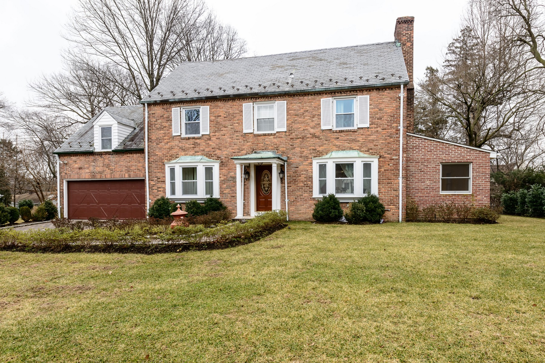 Casa para uma família para Venda às Set on 1/2 acre - Brick Colonial 5 Mirrielees Rd Great Neck, Nova York, 11021 Estados Unidos