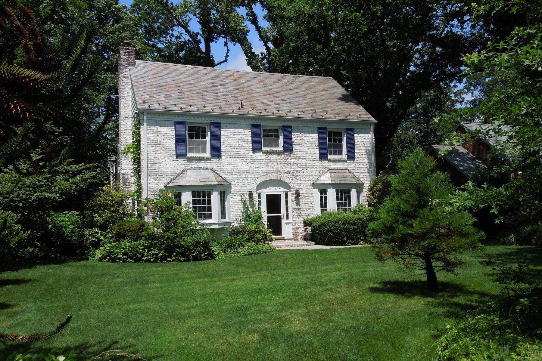 Einfamilienhaus für Verkauf beim Spacious Colonial 165 Circle Dr Manhasset, New York, 11030 Vereinigte Staaten
