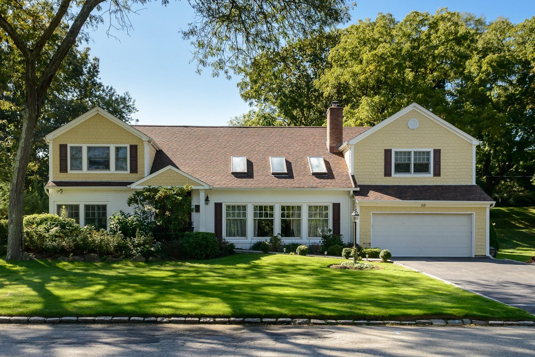 واحد منزل الأسرة للـ Sale في Colonial 50 Walnut Dr East Hills, New York, 11576 United States