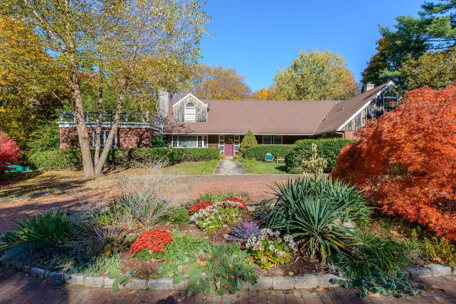 Casa para uma família para Venda às Harbor Acres Expanded Ranch on 2 Acres 5 Harbor Acres Rd Sands Point, Nova York, 11050 Estados Unidos