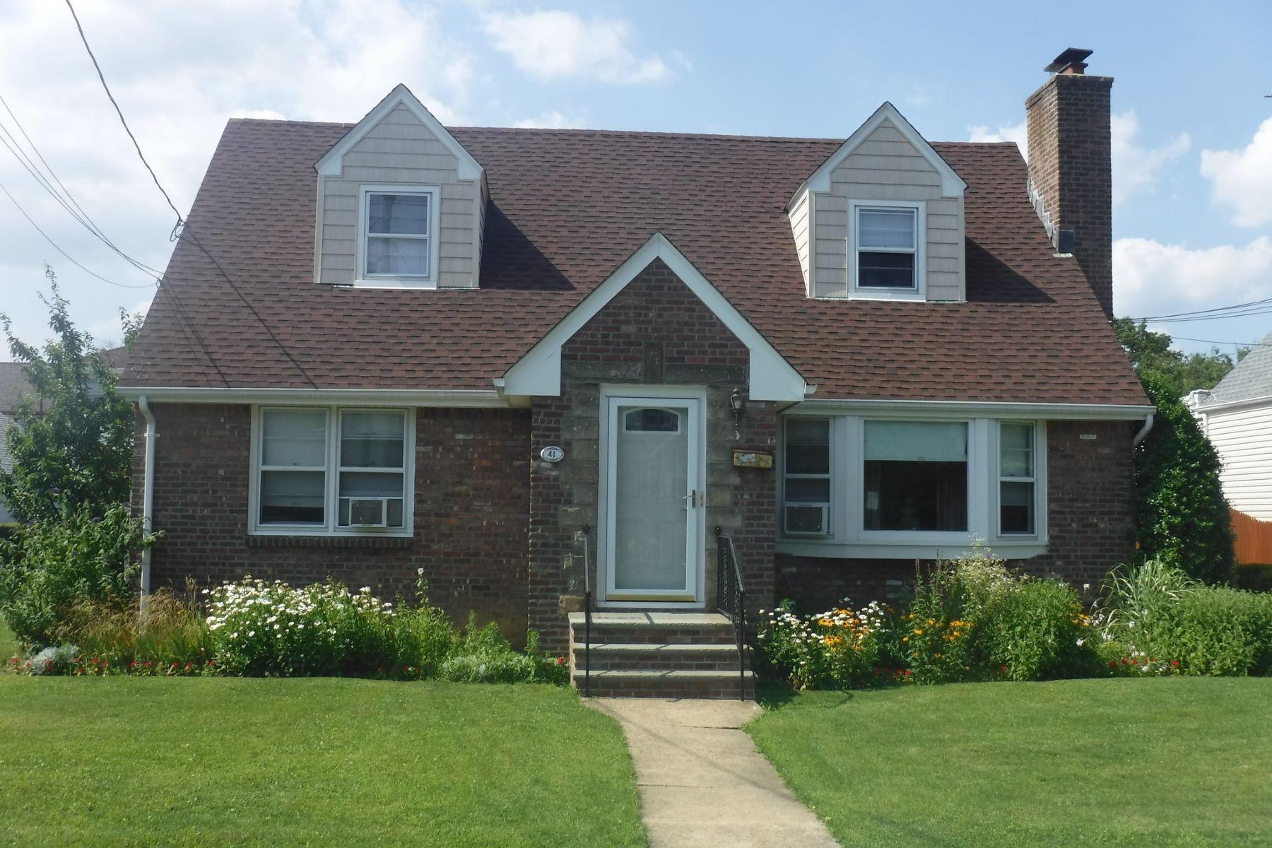 Частный односемейный дом для того Продажа на 41 Park Ave 41 Park Ave New Hyde Park, Нью-Йорк, 11040 Соединенные Штаты