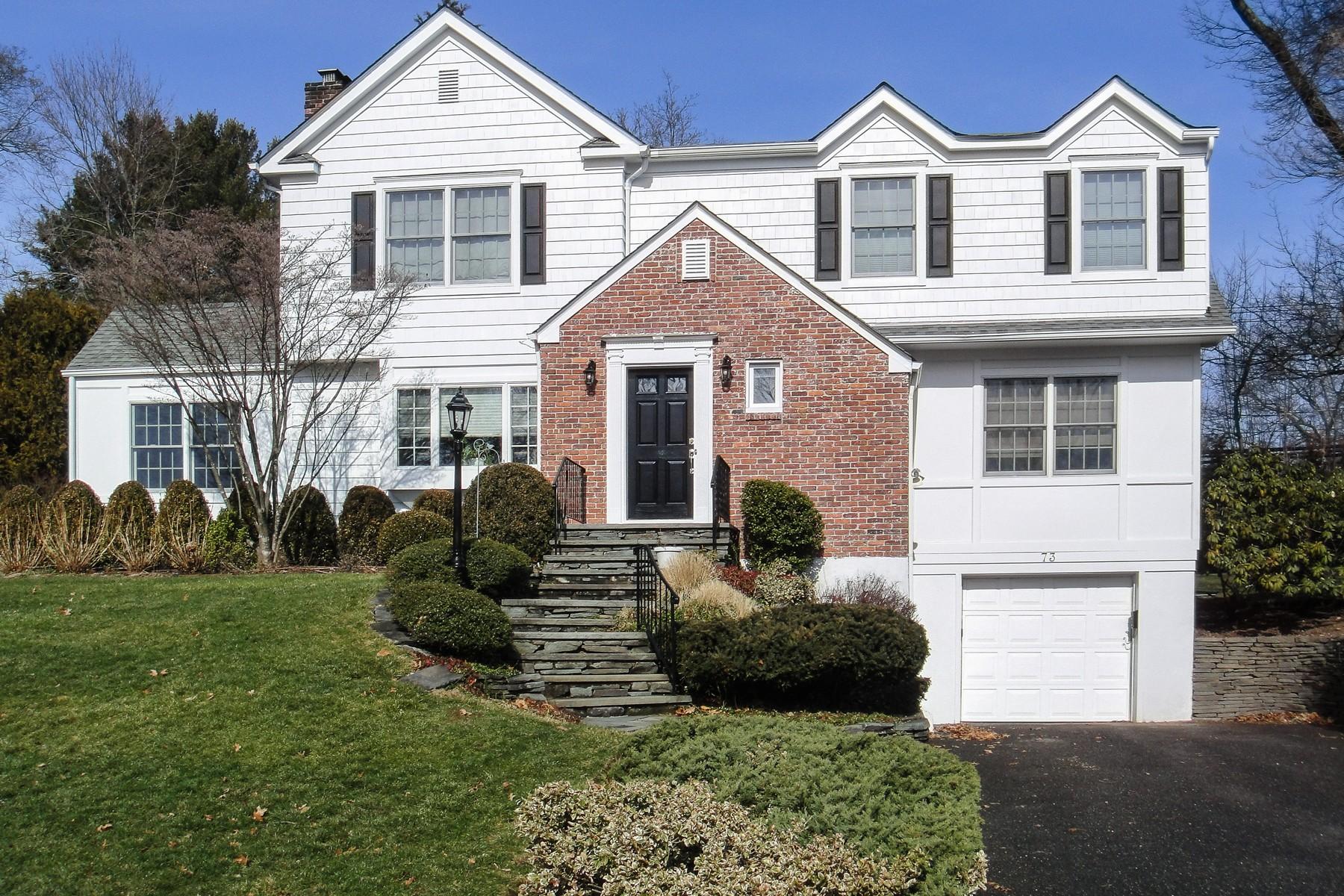 واحد منزل الأسرة للـ Sale في Colonial 73 Revere Rd East Hills, New York, 11577 United States
