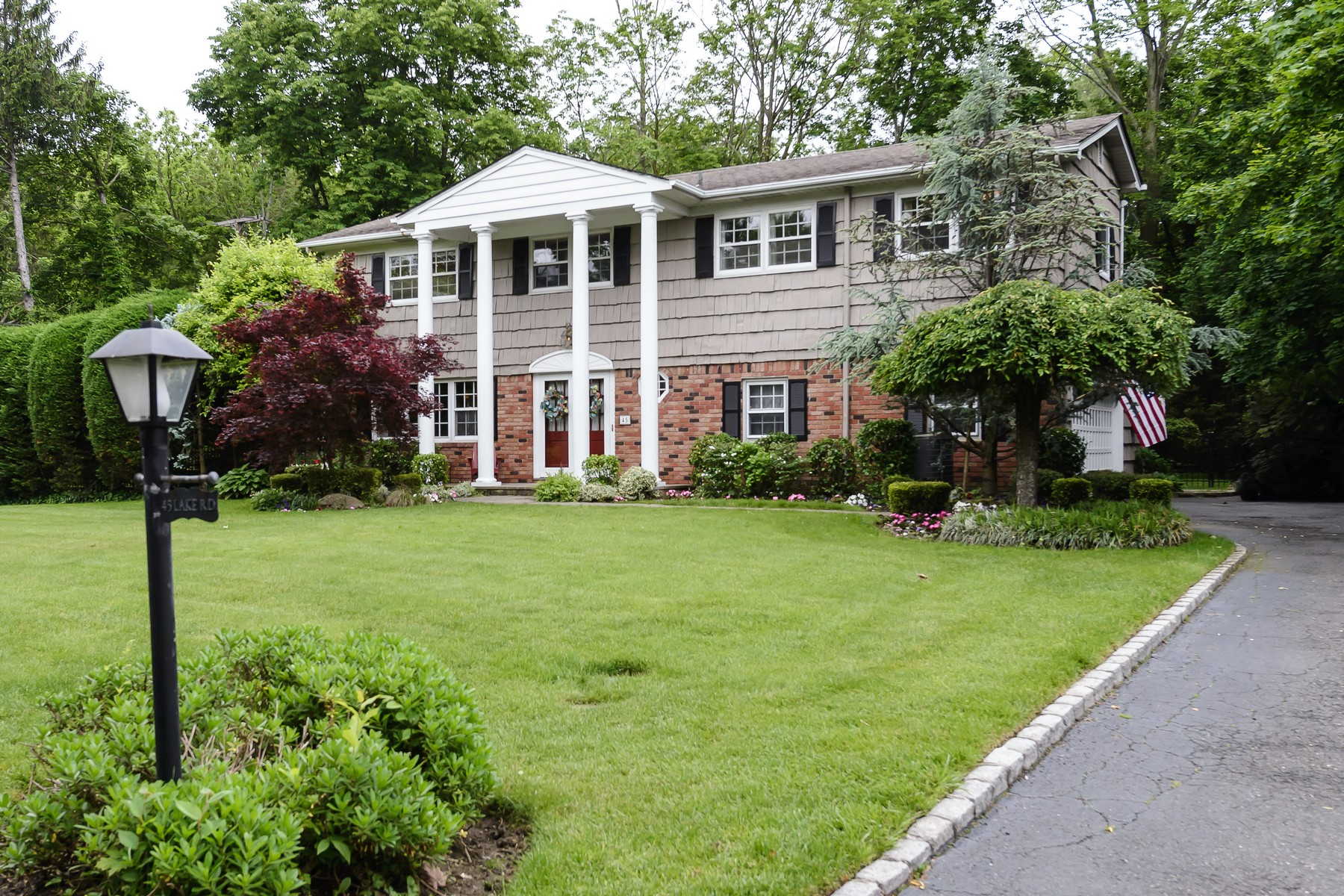 独户住宅 为 销售 在 Spacious Colonial with Beach Rights 45 Lake Rd 曼哈塞特, 纽约州, 11030 美国