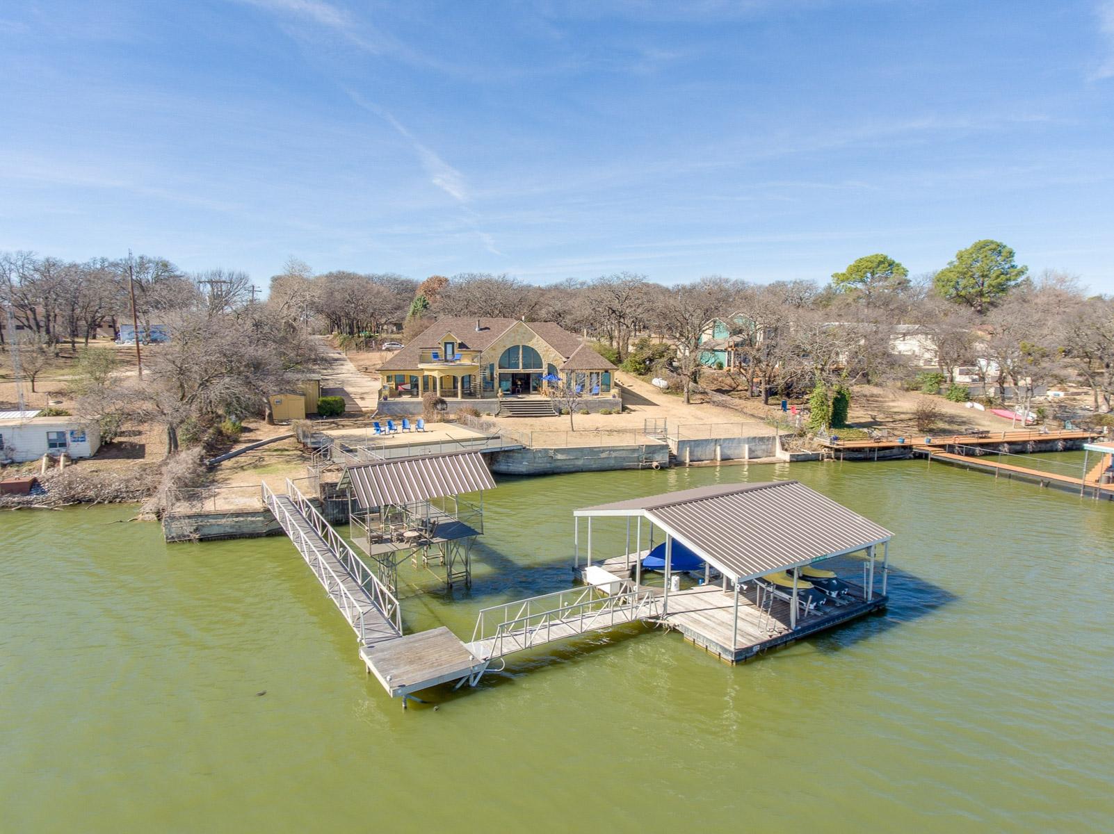 Vivienda unifamiliar por un Venta en Water Front Lake House with boat house 12210 Lake Forest Dr Azle, Texas, 76020 Estados Unidos