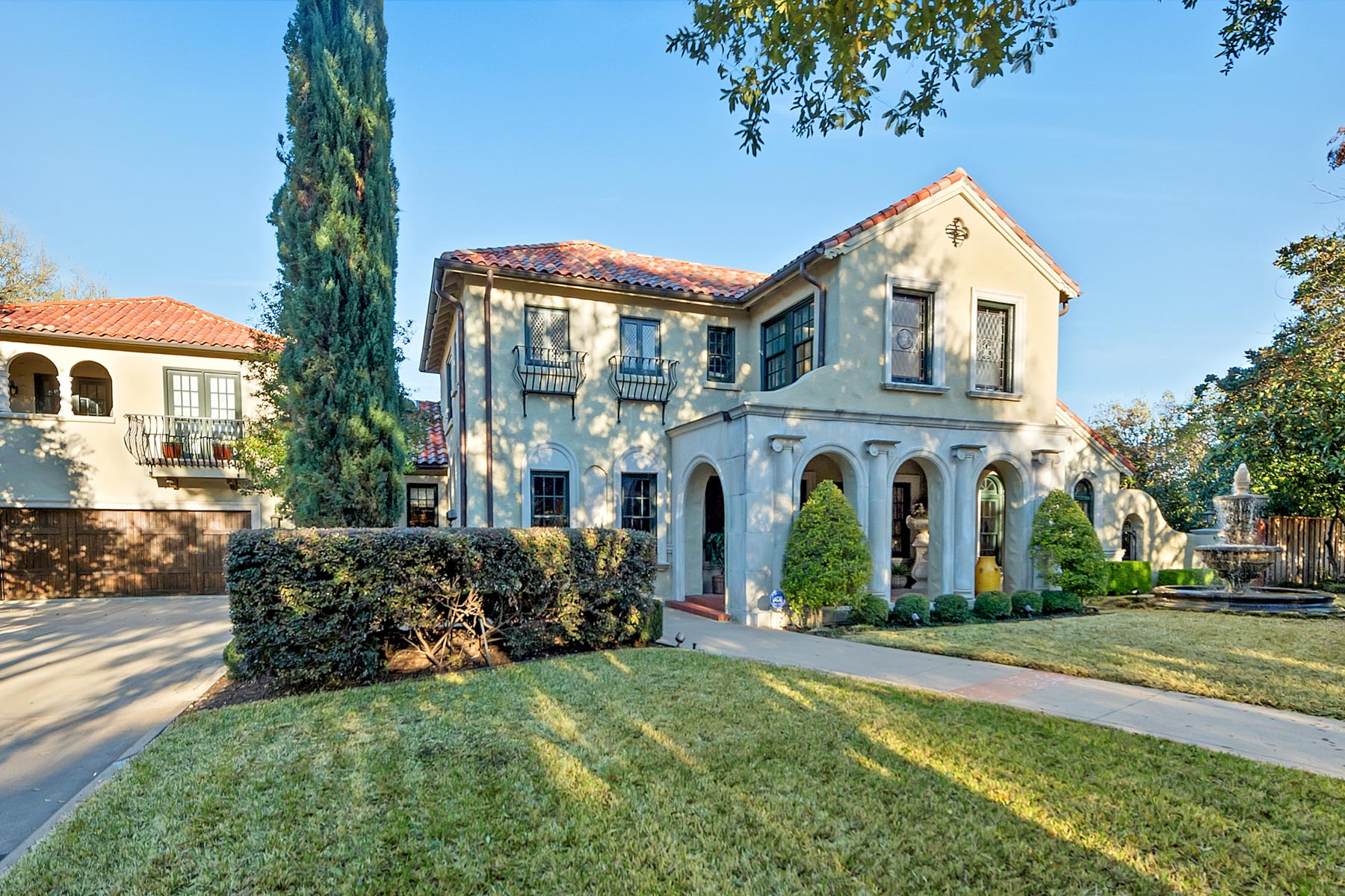 Maison unifamiliale pour l Vente à 2443 Medford Court W, Fort Worth Fort Worth, Texas, 76109 États-Unis