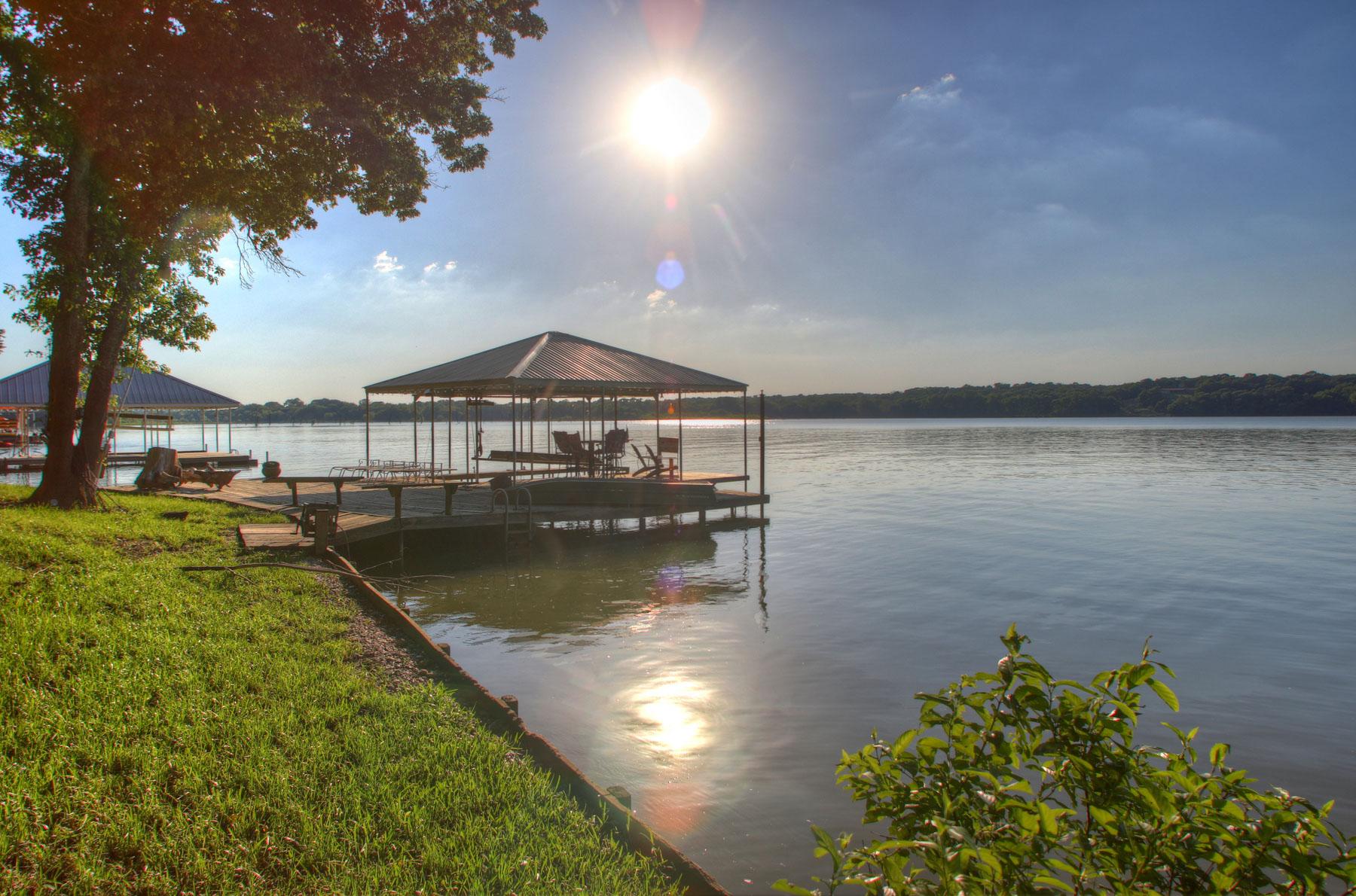 Villa per Vendita alle ore Serene Lakefront Living 2095 Chaparral Gainesville, Texas, 76240 Stati Uniti