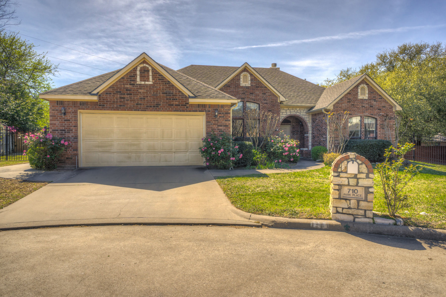 Single Family Home for Sale at Updated Near Athens Country Club 710 Park Pl Dr Athens, Texas 75751 United States
