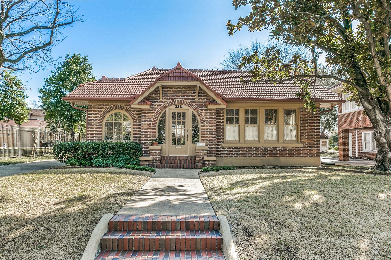 Villa per Vendita alle ore Craftsman Style Charmer in Beautiful Berkley 2211 Pembroke Dr Fort Worth, Texas, 76110 Stati Uniti