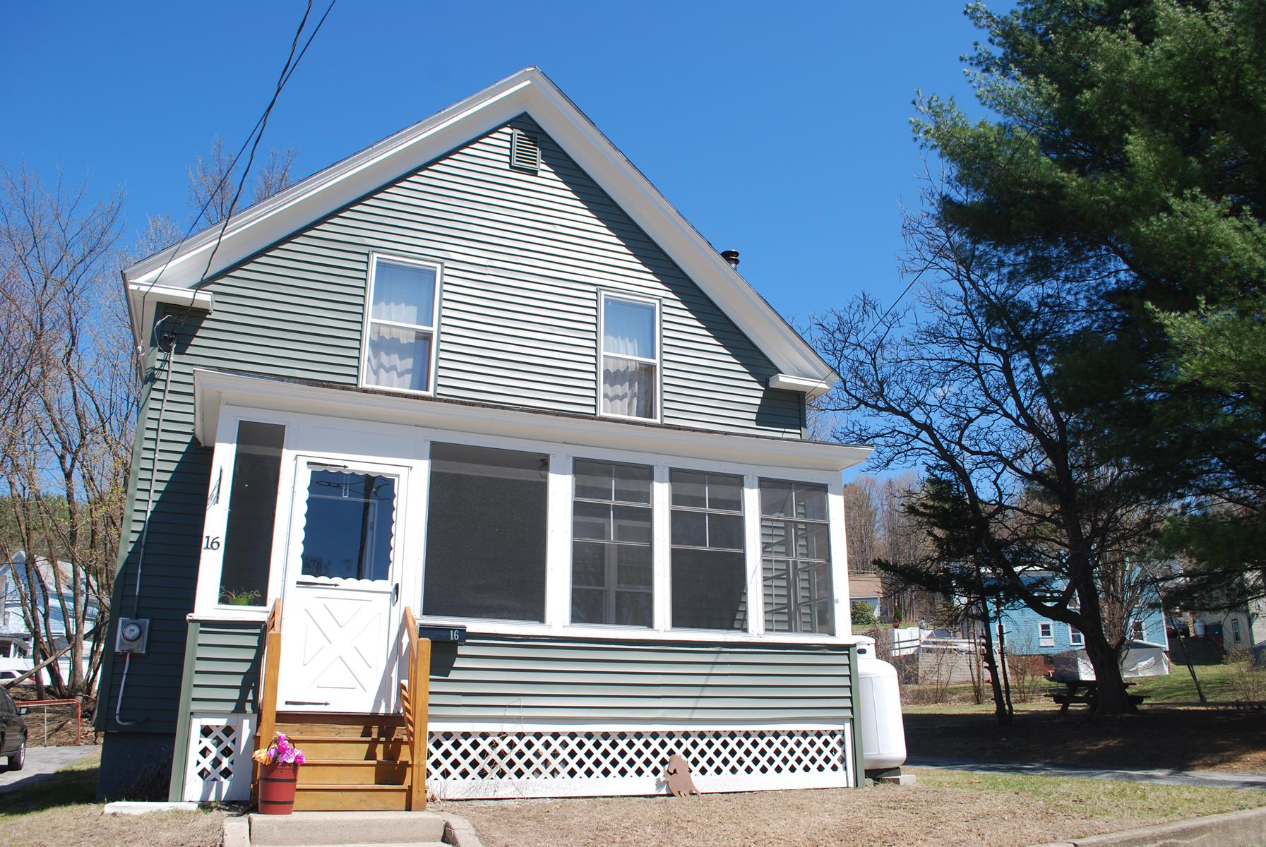 Maison unifamiliale pour l Vente à 16 Lilac, Claremont Claremont, New Hampshire 03743 États-Unis