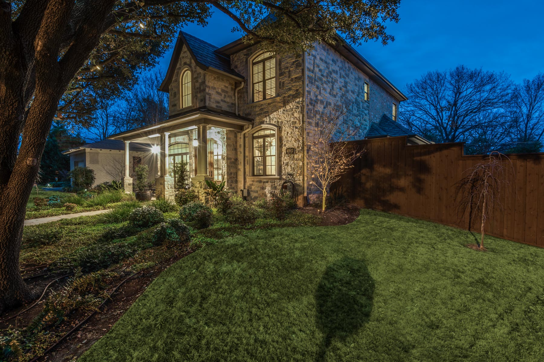 Maison unifamiliale pour l Vente à Gorgeous Midway Hollow Traditional 4002 Park Ln Dallas, Texas, 75220 États-Unis