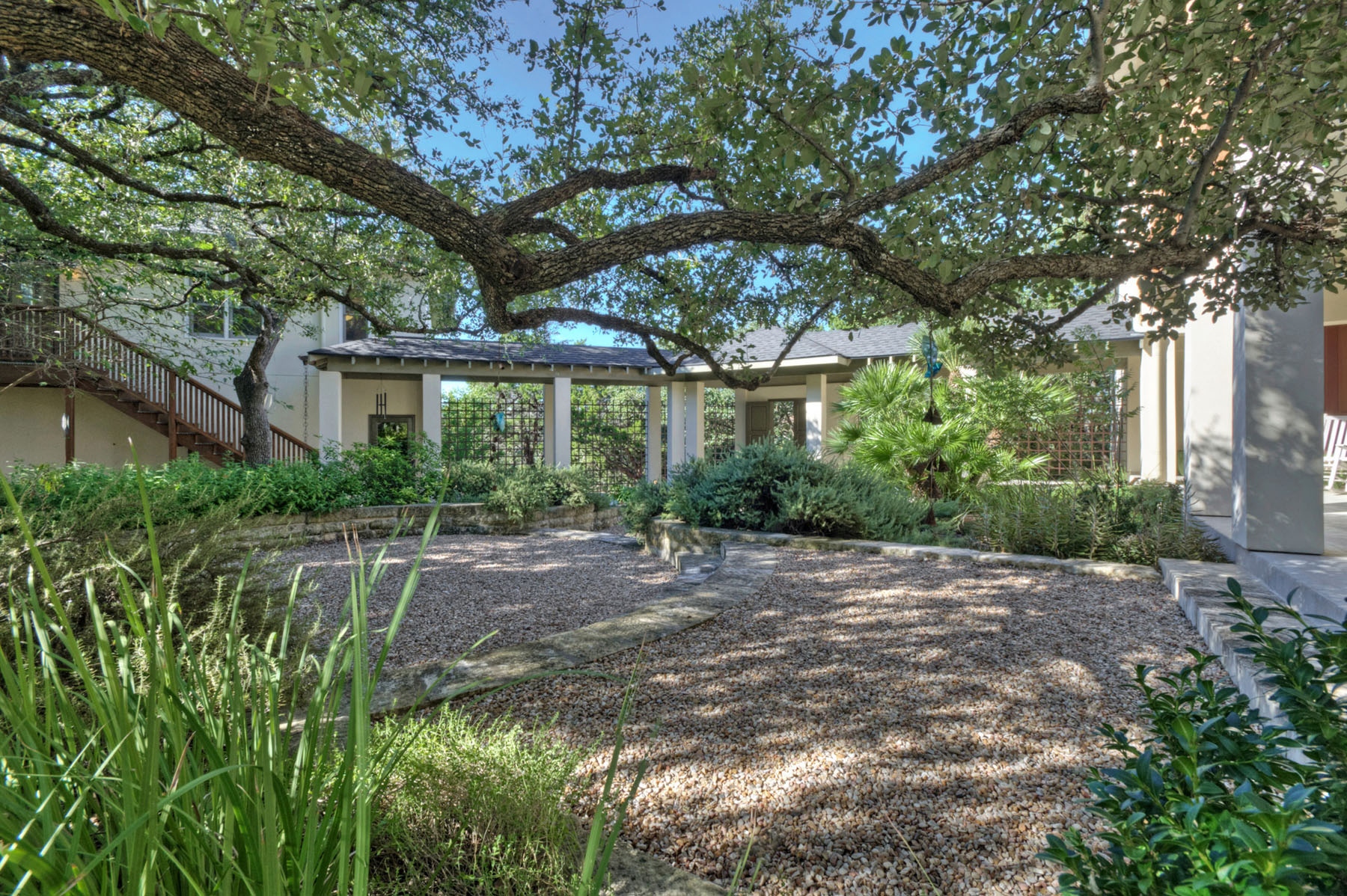 Additional photo for property listing at A Touch of Louisiana Charm 304 Nautilus Ave Lakeway, Texas 78738 Estados Unidos