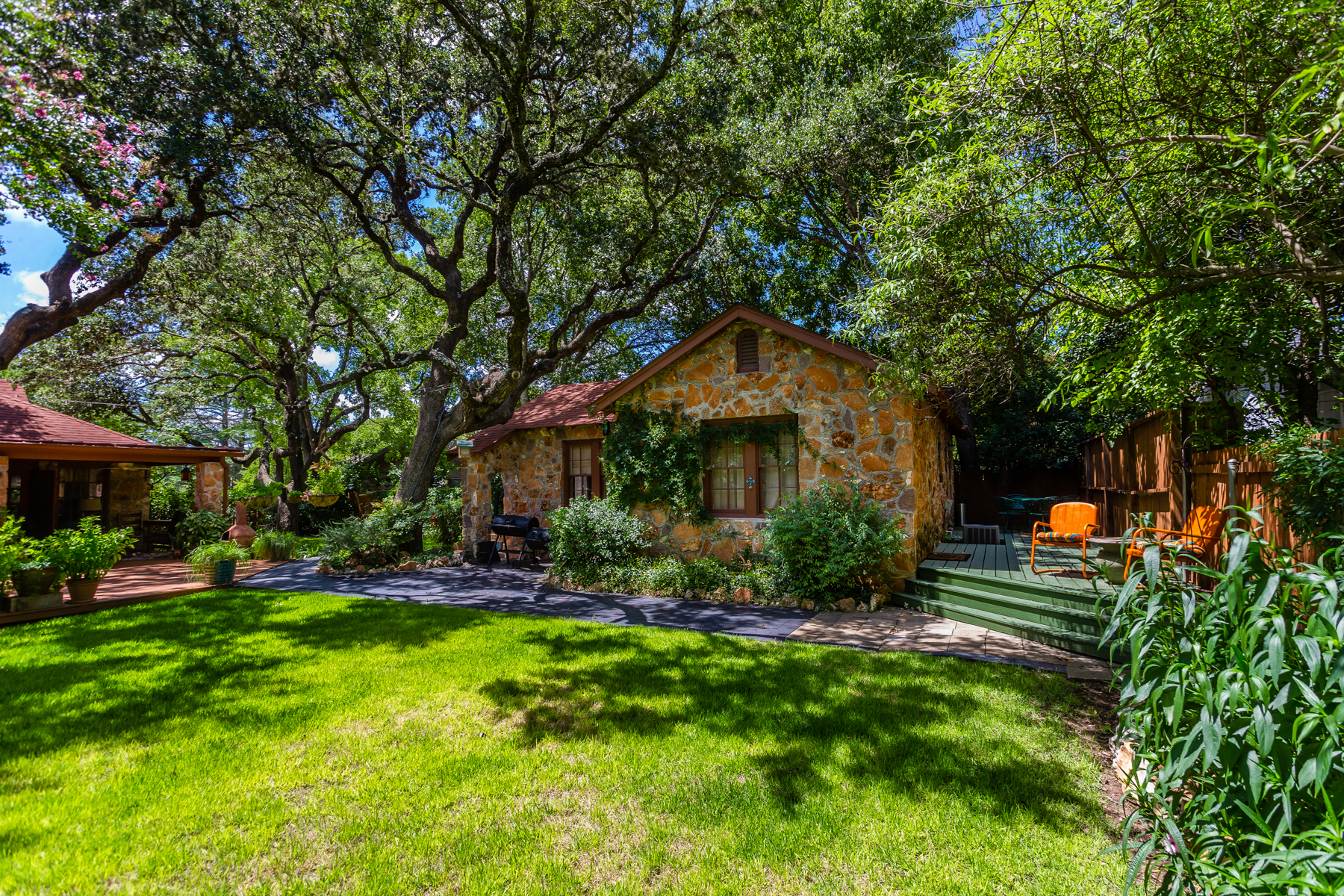 Additional photo for property listing at Beautiful House + Guest House in Westland Park 706 W Main St Kerrville, Texas 78028 Estados Unidos