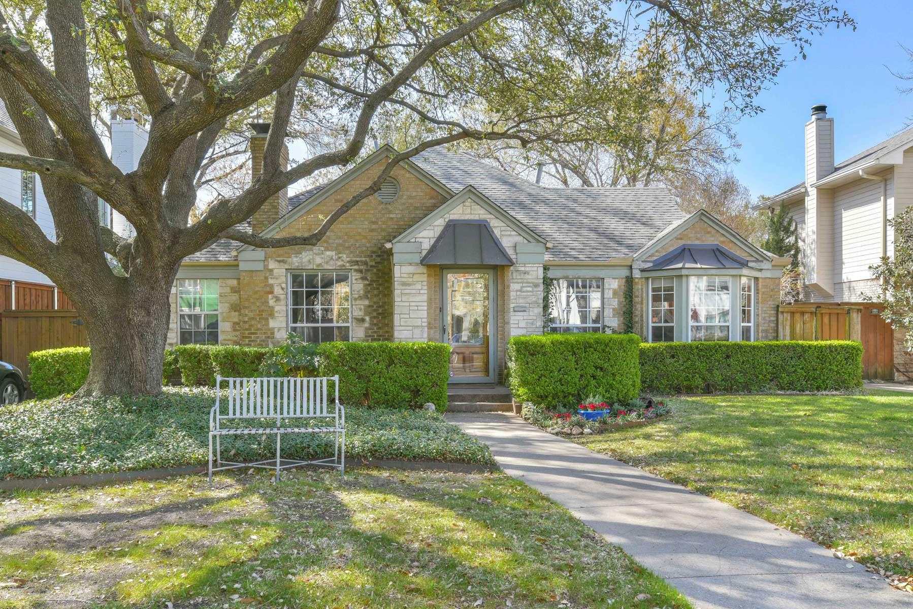 Maison unifamiliale pour l Vente à Charming University Park Traditional 4313 Purdue Ave Dallas, Texas, 75225 États-Unis