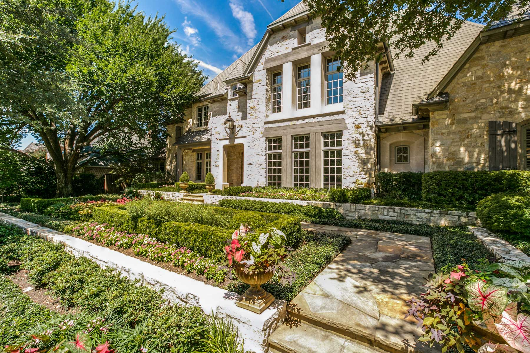 Maison unifamiliale pour l Vente à Gated Glen Abbey French Country Estate 66 Braewood Pl Dallas, Texas, 75248 États-Unis