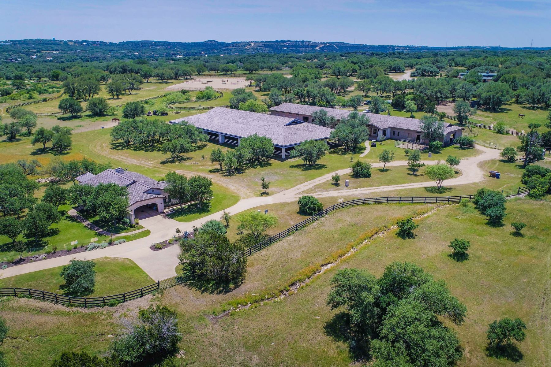 Granjas / Hacienda / Platanción por un Venta en Polished and Refined Equestrian Ranch 1001 Rivercliff Dr Spicewood, Texas 78669 Estados Unidos