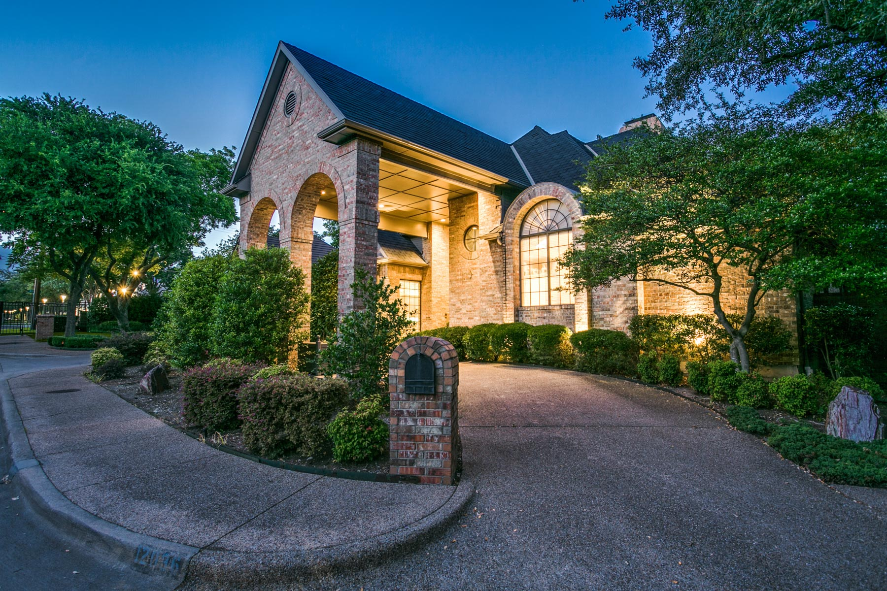 独户住宅 为 销售 在 Lovely Opportunity in Gated Community 12036 Excelsior Way 达拉斯, 得克萨斯州, 75230 美国
