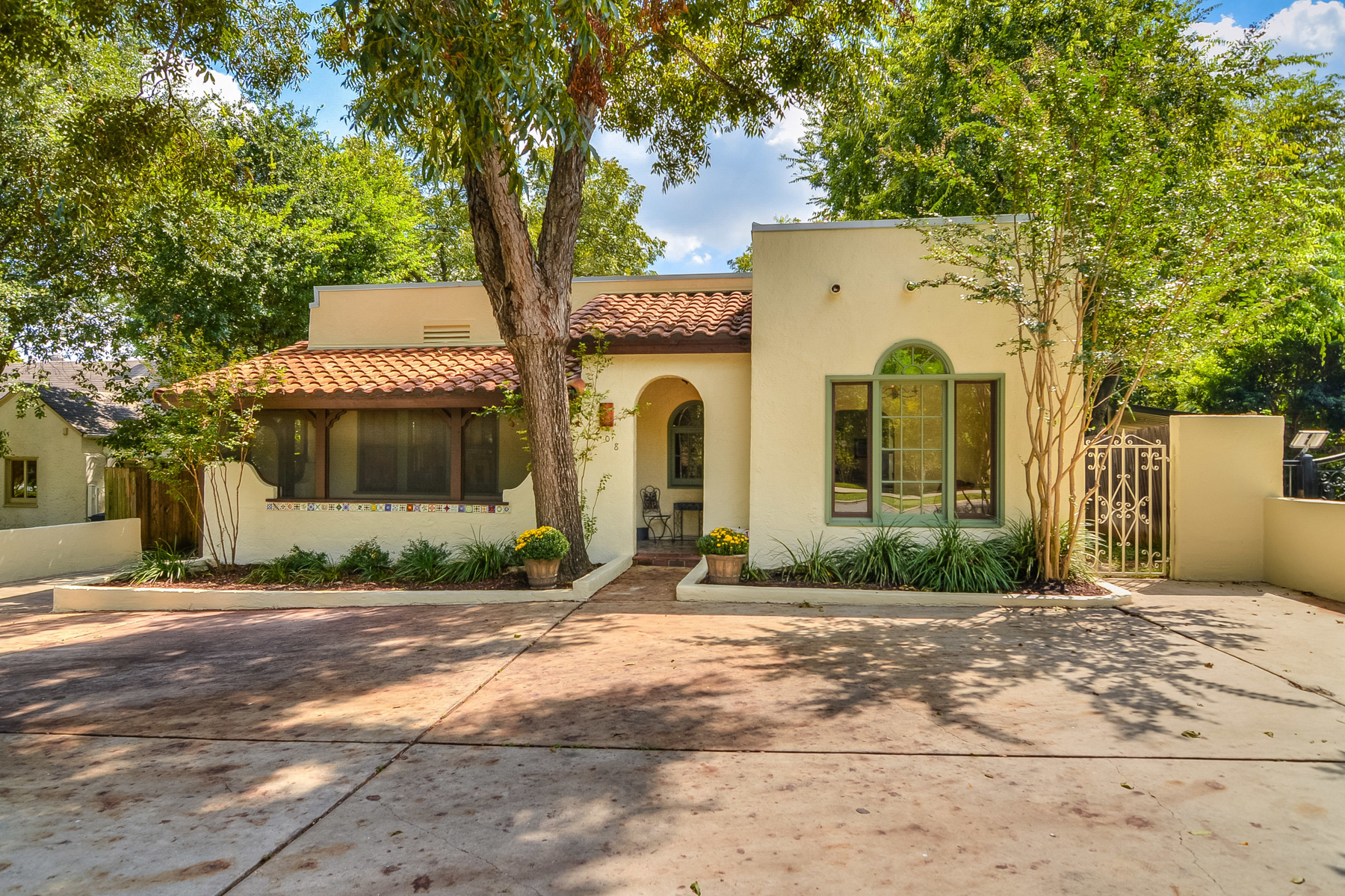 Single Family Home for Sale at Gorgeous Olmos Park Home 208 Primera Dr Olmos Park, Texas 78212 United States