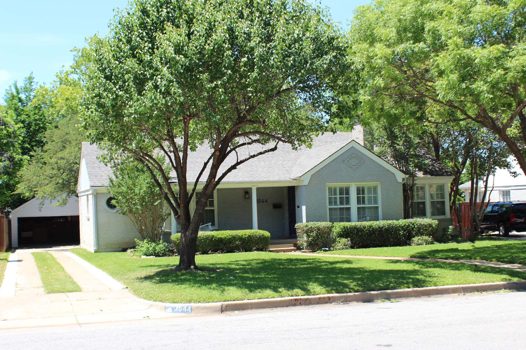 獨棟家庭住宅 為 出售 在 Charming Updated Traditional Near TCU 3544 Harwen Terr Fort Worth, 德克薩斯州, 76109 美國