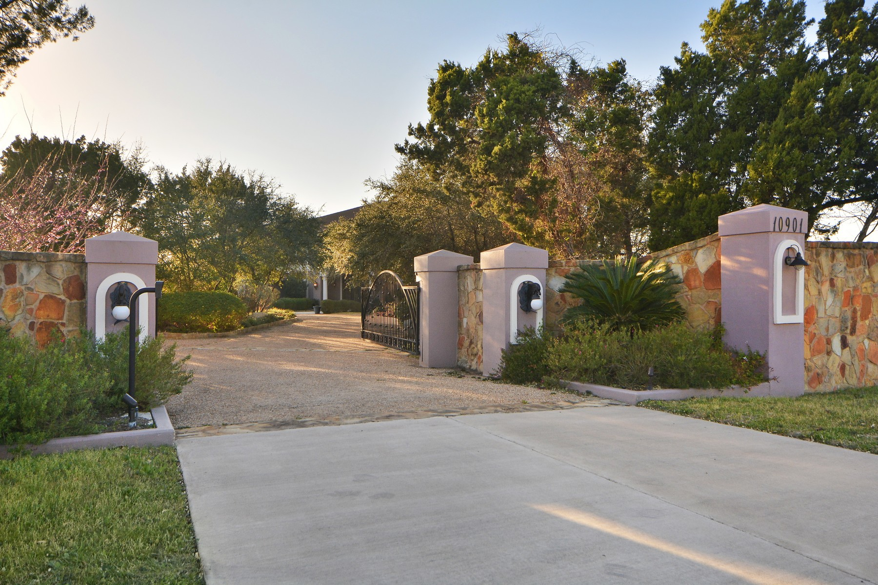 Additional photo for property listing at Stunning Transitional Home on 5+/- Acres 10901 W Highway 71 Austin, Texas 78735 Estados Unidos