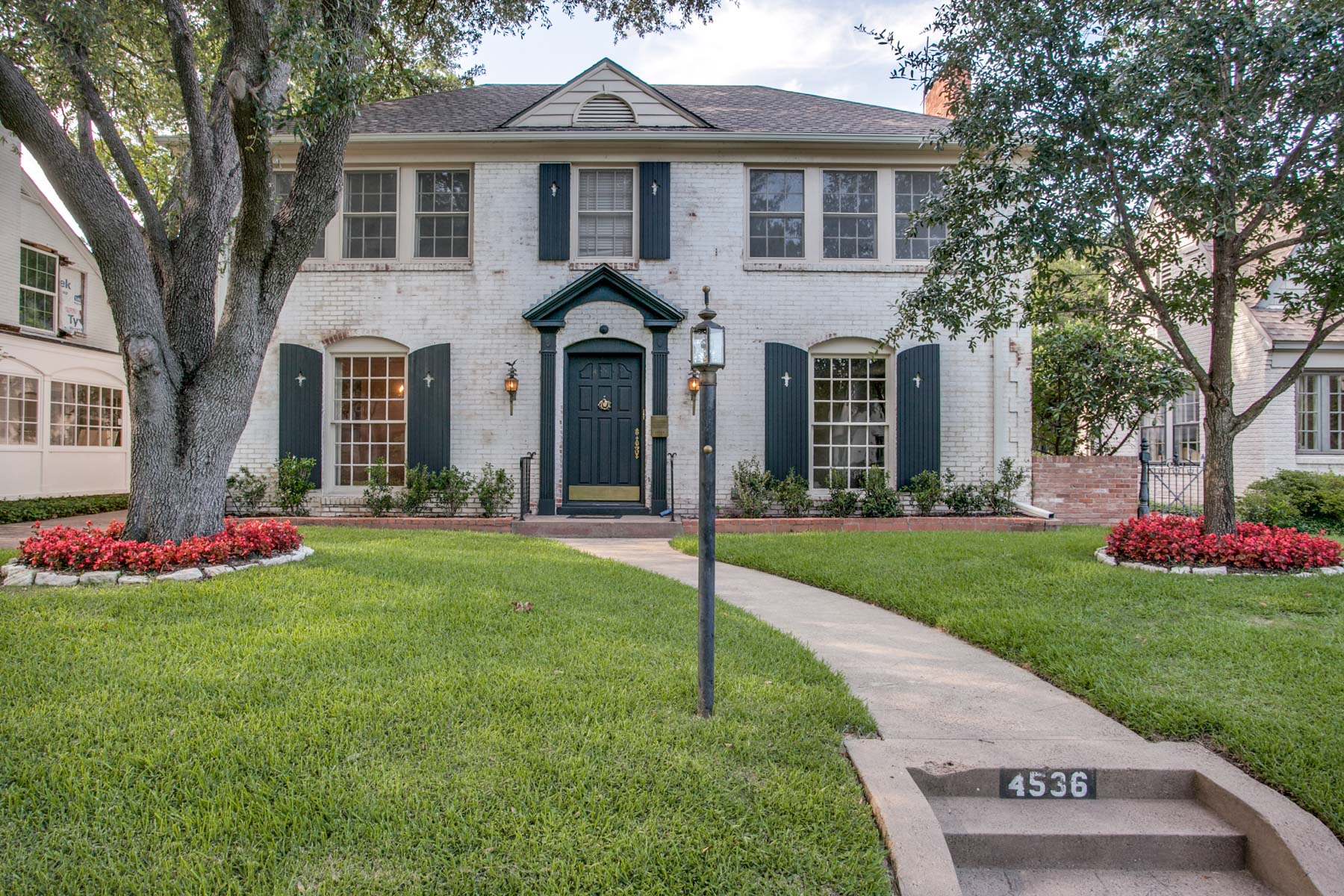 Частный односемейный дом для того Продажа на Traditional Home with Nice Drive Up 4536 N Versailles Ave Highland Park, Техас, 75205 Соединенные Штаты