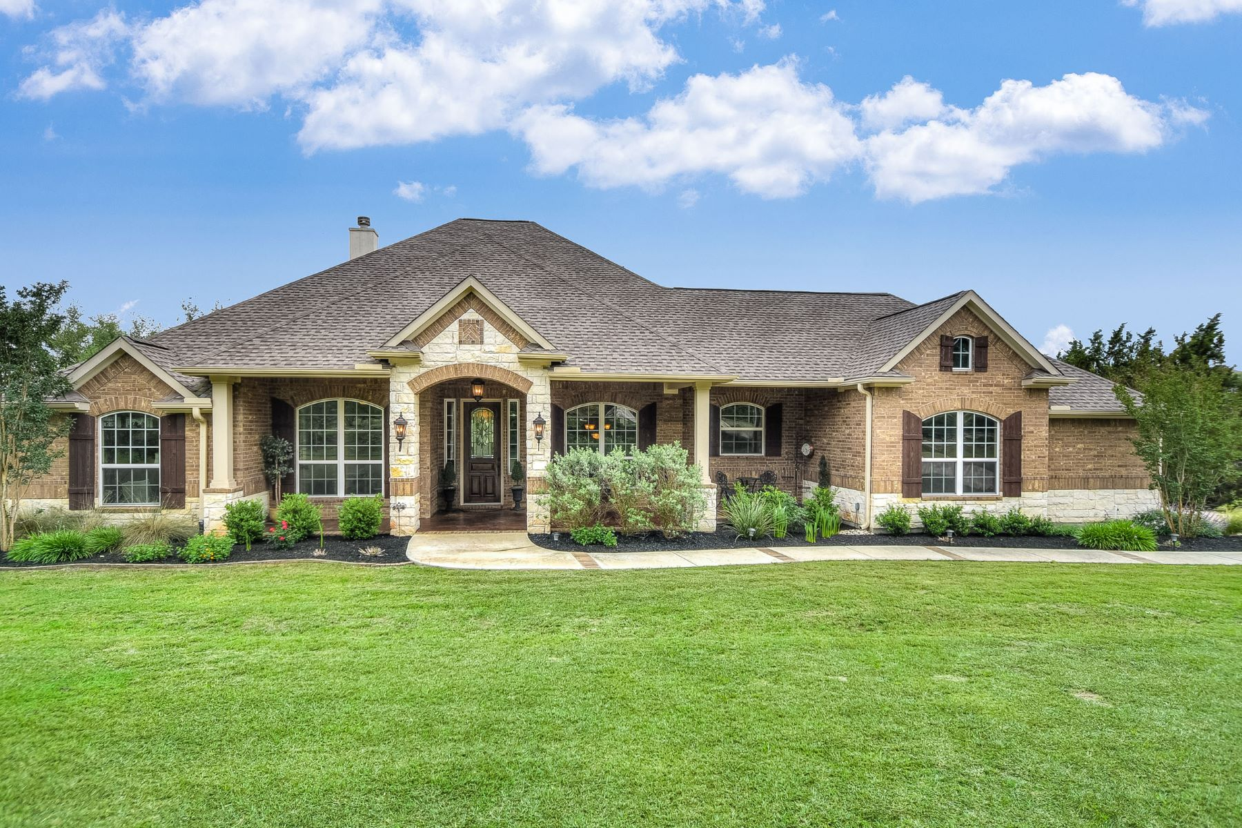 Single Family Home for Sale at Immaculate Inside and Out 337 Yorks Xing Driftwood, Texas 78619 United States