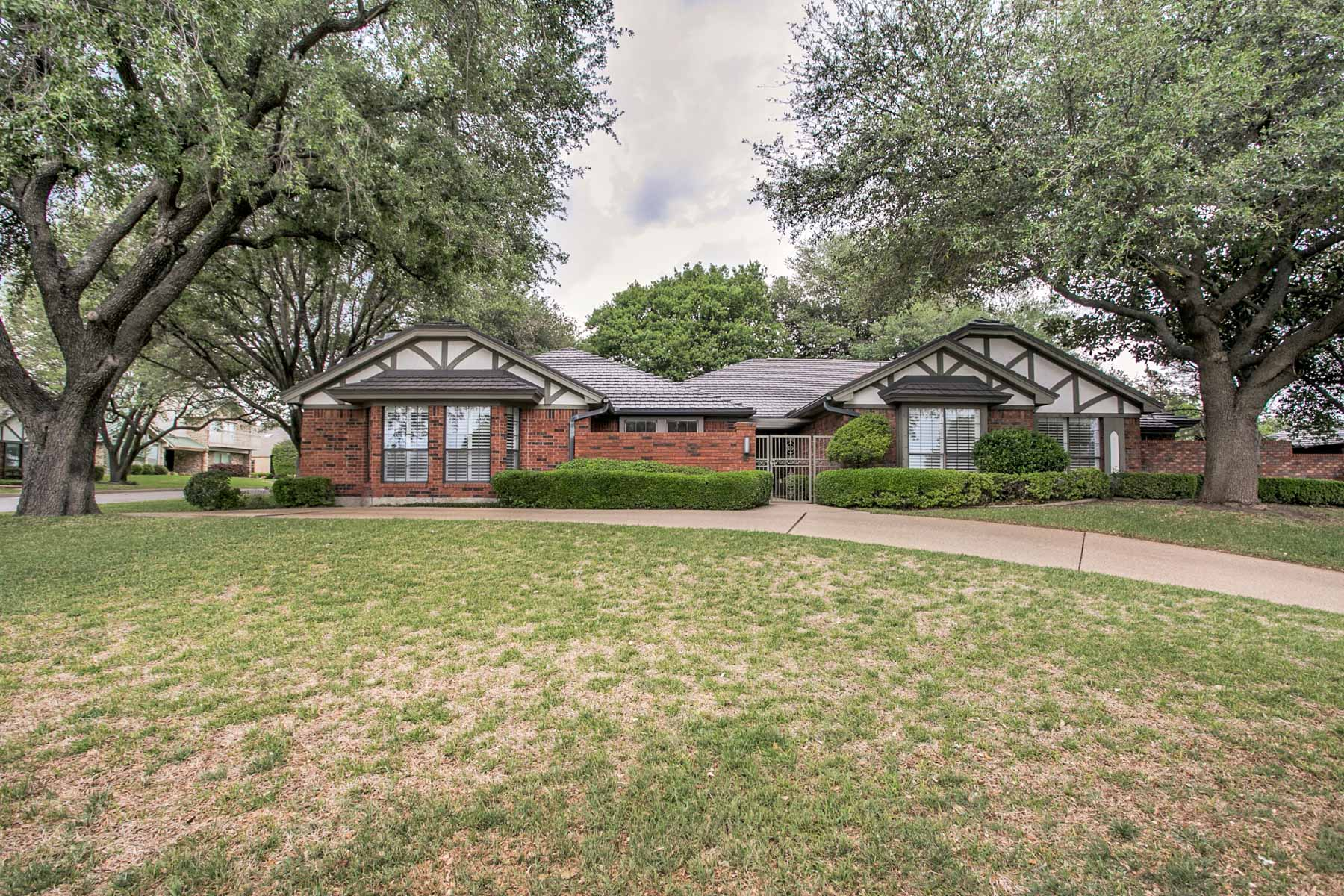 Maison unifamiliale pour l Vente à Hidden Gem in Ridglea Hills 6658 Mike Ln Ct Fort Worth, Texas, 76116 États-Unis