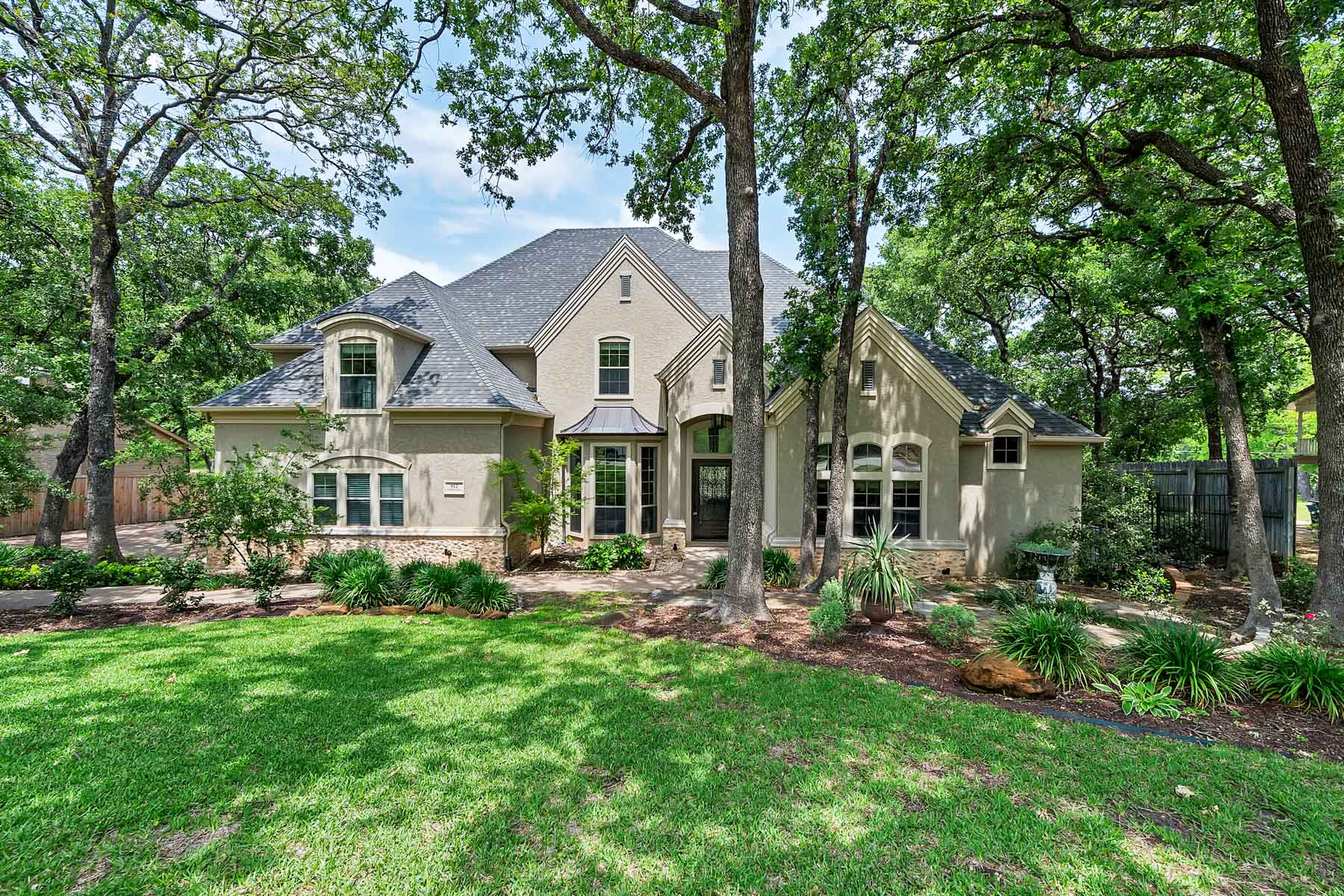 Частный односемейный дом для того Продажа на Newly Remodeled with acreage in Colleyville! 612 Frontier Ct Colleyville, Техас, 76034 Соединенные Штаты