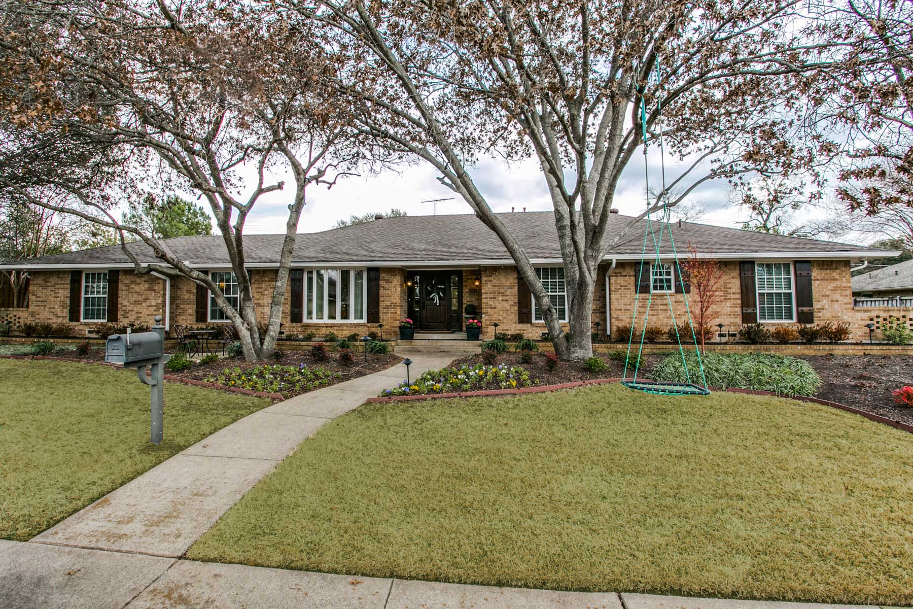 단독 가정 주택 용 매매 에 Beautiful Traditional One-Story 3884 Echo Brook Ln Dallas, 텍사스, 75229 미국